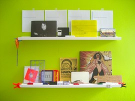 鮮やかな黄緑の壁に作り付けられた棚